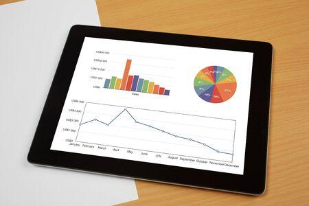 graficas de pastel: Papel, lápiz y la tableta computadora en escritorio de madera de color marrón con textura con copia espacio y papel limpio para crear un texto propio ..