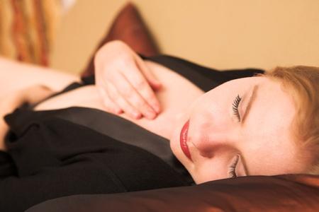 rubia ojos azules: Retrato de un adulto joven rubia mujer rusa de ojos azules que llevaba un negligé negro