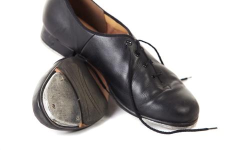 rubinetti: Tradizionali scarpe da ballo Tap su uno sfondo bianco e pavimento Archivio Fotografico