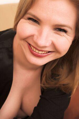 blonde yeux bleus: Portrait d'une belle femme blonde adultes de Russie aux yeux bleus portait un d?shabill? noir Banque d'images
