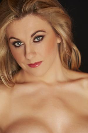 big boobs: Atractiva y hermosa figurado desnuda mujer adulta joven caucásica completa sobre un fondo negro Foto de archivo