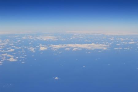 雲和從窗口天空平面視圖