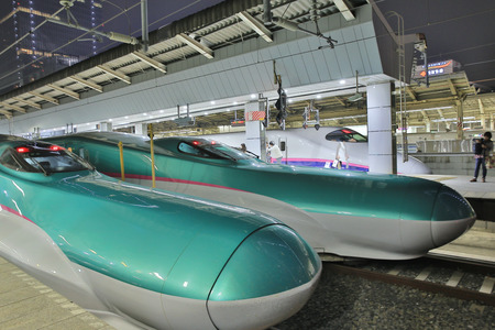 Shinkansen bullet train at Tokyo railway 版權商用圖片 - 26515337