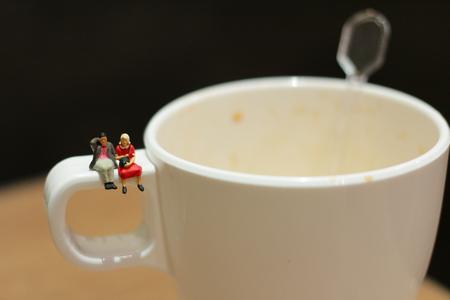 rungs: peque�a figura sentada en la taza