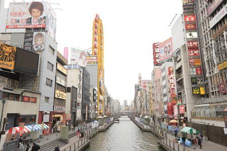 Dotonburi運河在日本大阪的商業和生動的霓虹燈