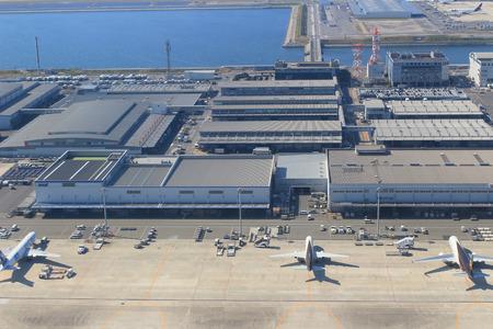 Blick vom Fenster Flugzeug im Flughafen Kansai Standard-Bild - 28690596