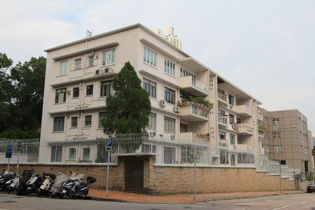 middle class: Edificio de apartamentos de clase media Editorial