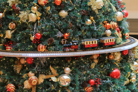 Miniature train with Christams decoration 版權商用圖片 - 37397622