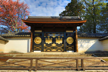 momiji: Karamon Chinese Gate at Sanpo-in Temple Digojis Subtemple in Kyoto Editorial
