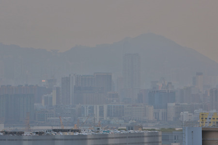 pollution air: Hong Kong oscurecida por la contaminaci�n del aire, como se ve desde la bah�a de Kowloon