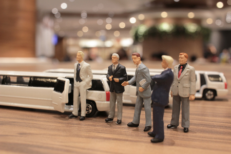 De zakenman met limosine auto