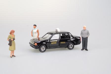 figura humana: una peque�a figura humana y un taxi Foto de archivo