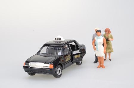 figura humana: a small human figure and a taxi