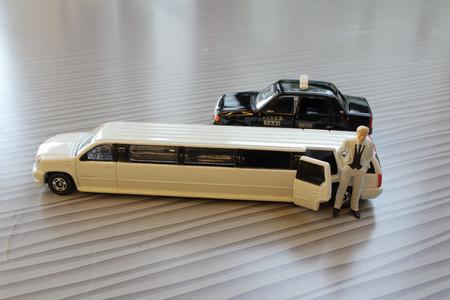 De zakenman met witte limosine auto