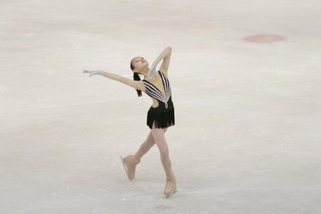 スポーツ アリーナで小さな女の子フィギュア スケート 報道画像