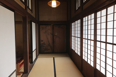 corridor of tatami mats and paper sliding doors at old iwasaki house 新聞圖片