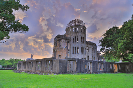 bombe atomique: Voir sur la bombe atomique � Hiroshima d�me Japon. Banque d'images