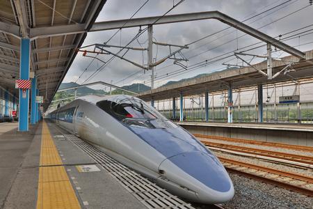 Shinkansen Tren de Alta Velocidad Japonés Shin se detuvo en Iwakuni Editorial