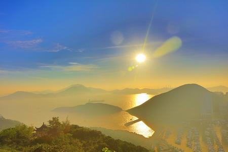 East Lamma Kanal bei Sonnenuntergang von Nam Long Shan Standard-Bild - 71037684