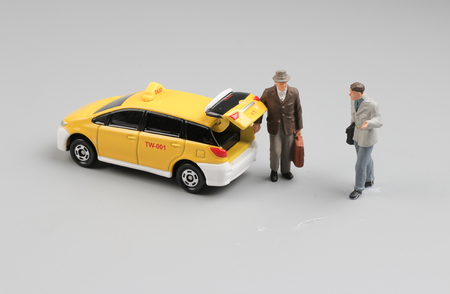 台湾ホワイト バック グラウンドを分離した小さなタクシー車