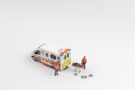 De ambulance als speelauto en paramedici als speelgoedfiguren