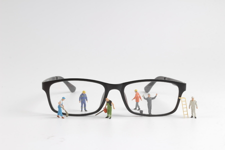 de mini-technicus die de bril leest