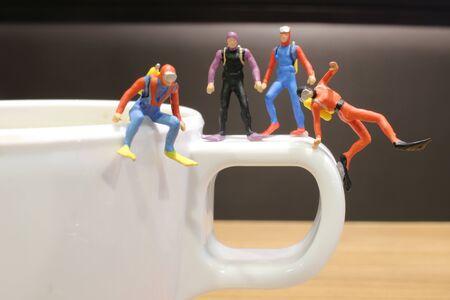 the min diver waiting on the mug, 版權商用圖片