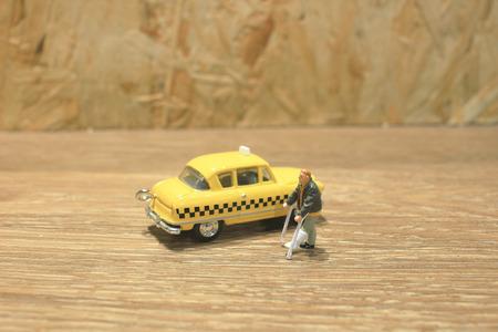 the small figure of Medicine crutch wait taxi 版權商用圖片