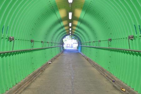 O fundo da sensação de horror túnel de cor verde Foto de archivo - 93545313