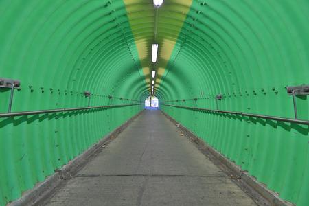 O fundo da sensação de horror túnel de cor verde Foto de archivo - 93527765