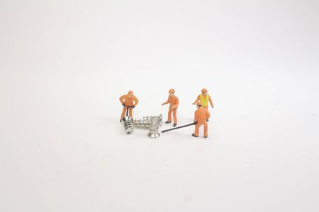 a mini people teamwork helps transport screw. 版權商用圖片