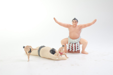 una figura di lottatore di Sumo nel tradizionale rack