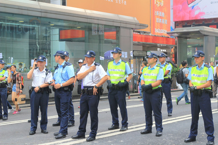 the  Hongkong police bewara a many protesters in Mong Kok