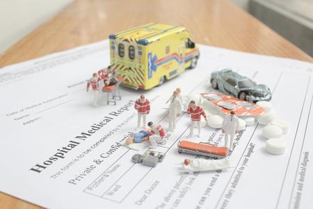 die Minifiguren mit Krankenhausbericht