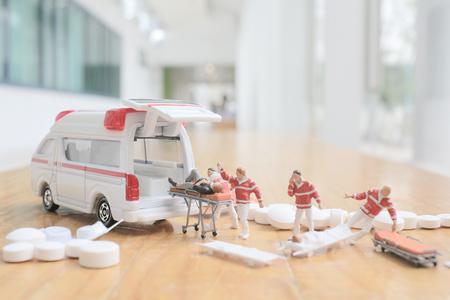 Minifigur von Erste Hilfe und Krankenwagen Standard-Bild