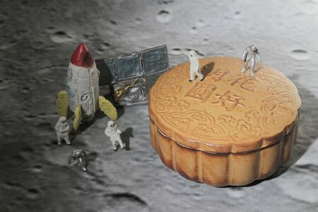 figure toys of spacemen walk on the moon cake, concept of moon cake festival Banque d'images