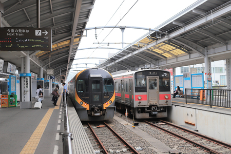 le train local de la compagnie ferroviaire japonaise Shikoku Éditoriale
