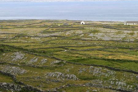 aran islands: Ga�lico paredes rocosas en las Islas Aran.