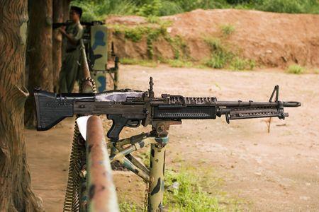 Una M-60 ametralladora, cargado con munici�n real, en un pol�gono de tiro en Vietnam.  Foto de archivo - 571174