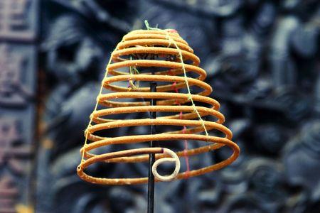 bobina: Bobina de fumar incienso en un templo budista en Vietnam