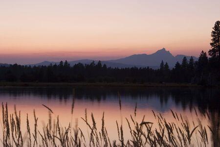 forest fire: Fiery rojo atardecer que es el resultado de humo de la cuenca del lago George incendios forestales que quemaron en Oregon en los Cascades.