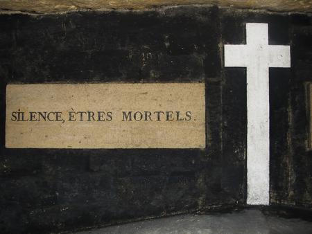 sterbliche: Silence, Etres Mortels (oder Silence, Mortal Wesen) ist ein Warnzeichen in den Katakomben unter Paris, wo Millionen von Leichen begraben sind.