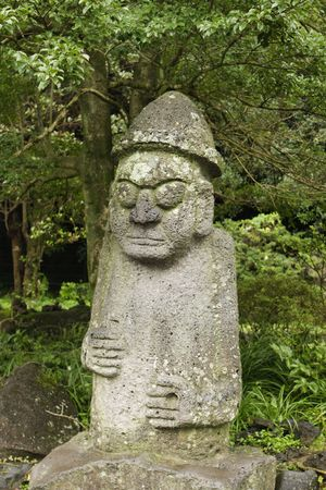 buena suerte: La estatua de Harubang es un s�mbolo de la fertilidad en la isla de Jeju, en Corea. Las parejas se toque la nariz para la buena suerte. Foto de archivo