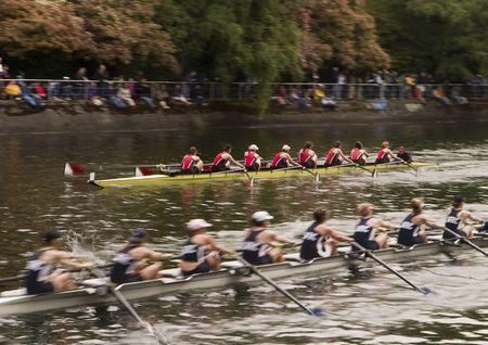Racing Boote auf dem Wasser. Zwei acht-Mann-Boote-Rennen auf der Opening-Day-Rennen in Seattle. Dieser lange Exposition, mit ein bisschen Bewegungsunschärfe, Balance zusammen mit den Booten den Eindruck von Geschwindigkeit. Standard-Bild