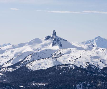 pinnacle: Brosmio nero � un incontaminato pinnacle di roccia vulcanica situato nel Parco Garibaldi provinciale della British Columbia, Canada. A 2319 metri sopra il livello del mare, la guglia superiore � visibile da tutte le direzioni, compresa la vetta del Monte Whistler. Il nero � Brosmio