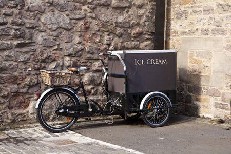 carretto gelati: Un carrello di gelato � costruito su una bicicletta a Edimburgo.