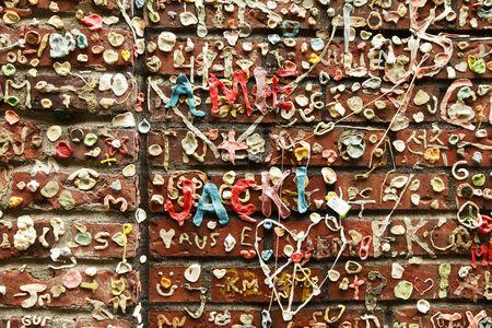시애틀의 파이크 플레이스 마켓 근처에있는 포스트 앨리 (Post Alley)의 벽돌 벽면에 만들어진 낙서의 작은 부분.