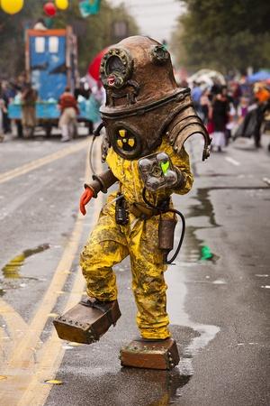 Seattle, Washington - 18. Juni 2011: Ein Mitglied des Nuclear Sommer Ensemble in einem Taucheranzug schlingert über die Paradestrecke auf der jährlichen Fremont Solstice Day Parade. Die Parade gehalten wird, um die Sommersonnenwende zu feiern und verfügt über eine Reihe von alternierenden