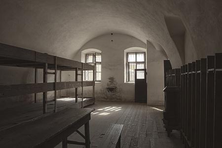 terezin: Terezin, Repubblica Ceca - 8 ottobre 2010: Una delle stanze dormitorio della piccola fortezza di Terezin. Utilizzato come transito e campo di prigionia nella seconda guerra mondiale dai tedeschi, questa camera ha circa 50 persone nelle cuccette a sinistra. Editoriali