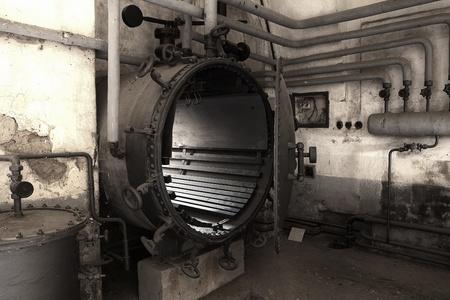 terezin: Terezin, Repubblica Ceca - Ottobre 8, 2010: Macchinari vari nella lavanderia e locale caldaia nella piccola fortezza del campo di concentramento di Terezin, nella Repubblica ceca. Editoriali